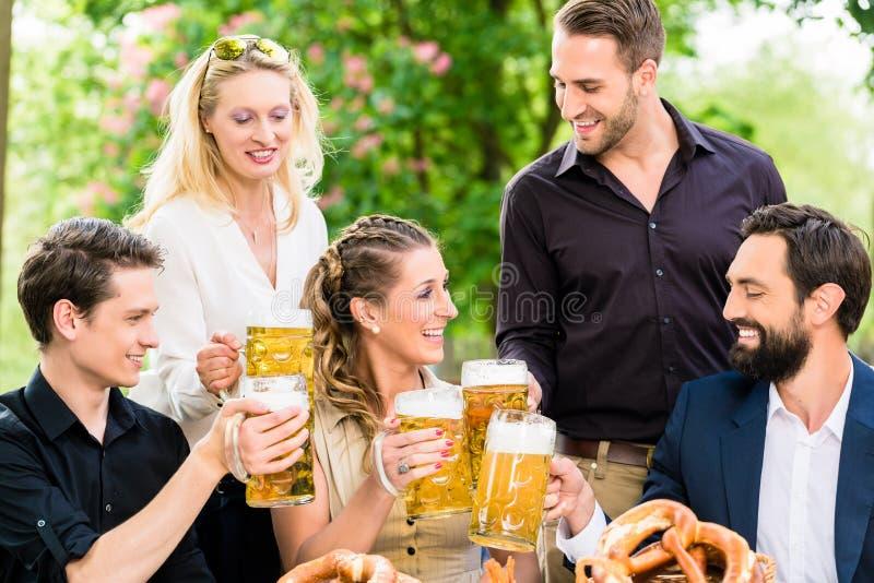 Przyjaciele lub koledzy na piwie uprawiają ogródek po pracy obraz stock