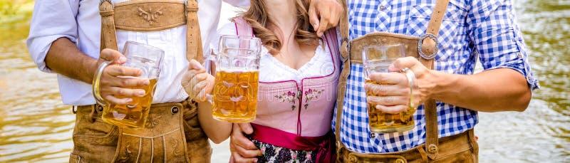 Przyjaciele mężczyzna i kobiety, mieć zabawę na Bawarskiej rzece i cl obraz royalty free