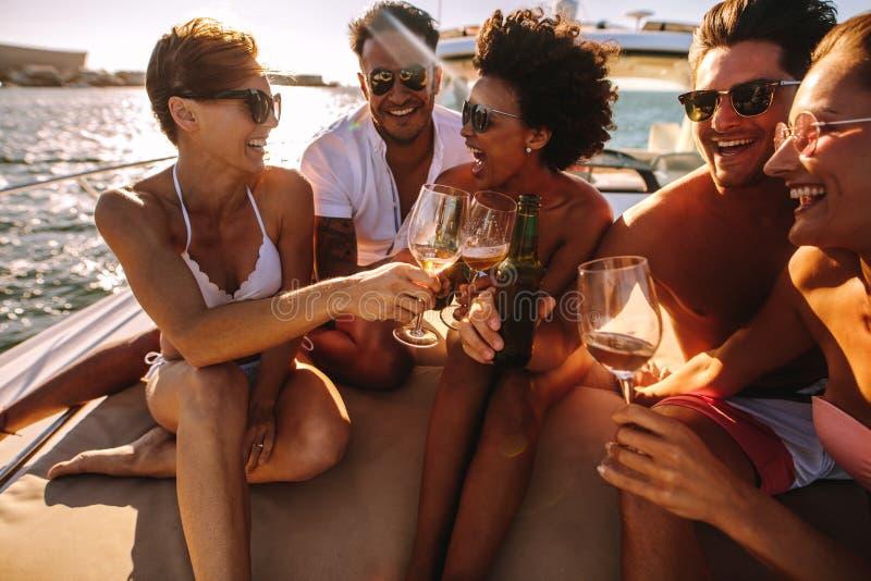 Przyjaciele ma napoje na jachtu pokładzie zdjęcia royalty free