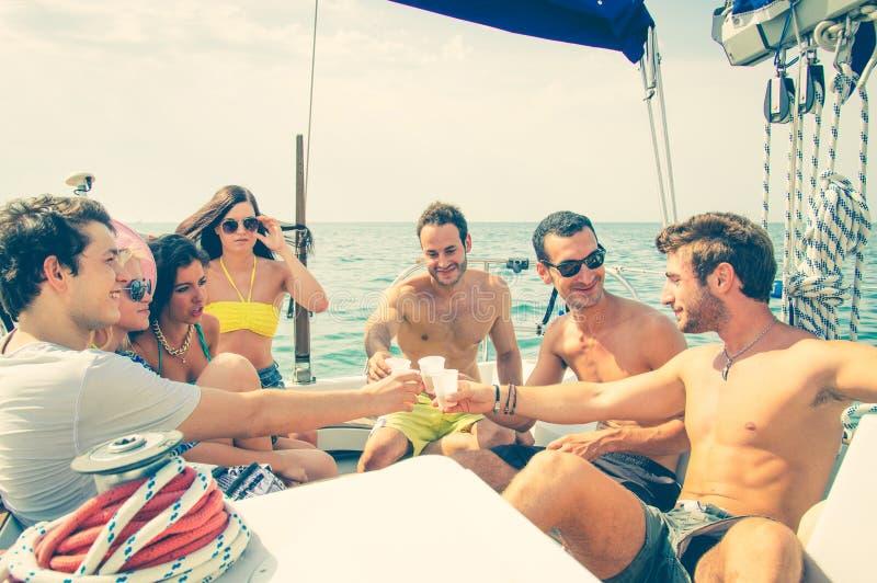 Przyjaciele ma przyjęcia na łodzi zdjęcie stock