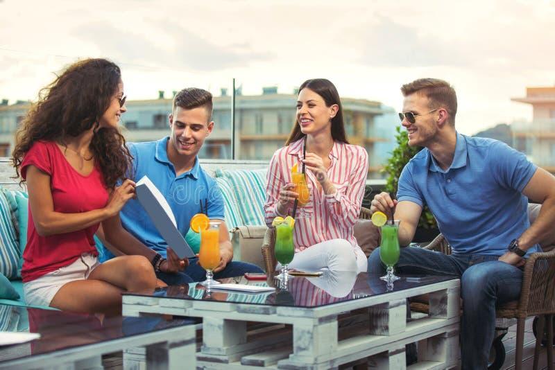 Przyjaciele ma zabawę i pije koktajle plenerowych zdjęcie stock
