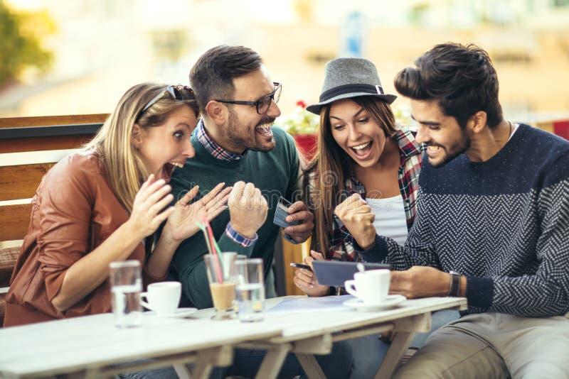 Przyjaciele ma zabawę po robić zakupy kawa wpólnie zdjęcia stock