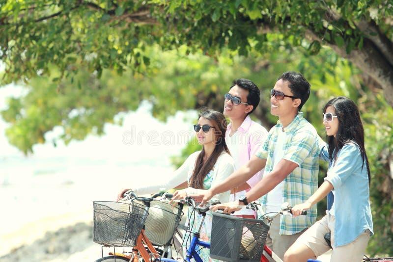 Przyjaciele ma zabawa jeździeckiego bicykl wpólnie zdjęcia royalty free