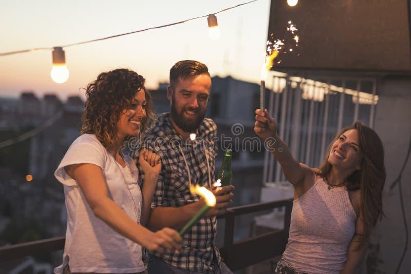 Przyjaciele na dachu przyjęciu zdjęcia royalty free