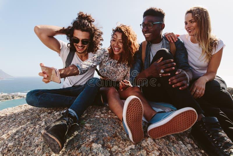 Przyjaciele na góry odgórnym bierze selfie zdjęcie stock