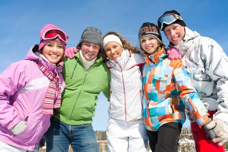 Przyjaciele na zima kurorcie zdjęcia royalty free