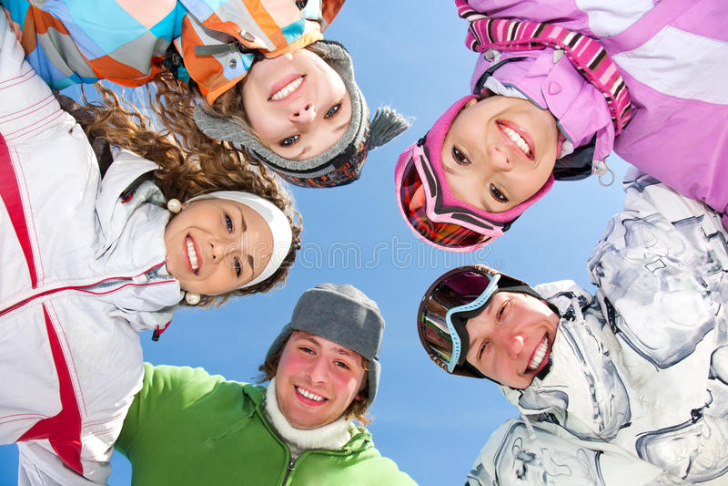 Przyjaciele na zima kurorcie fotografia stock