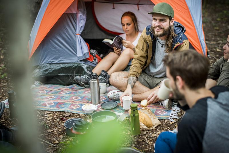 Przyjaciele obozuje w lesie wpólnie zdjęcia royalty free