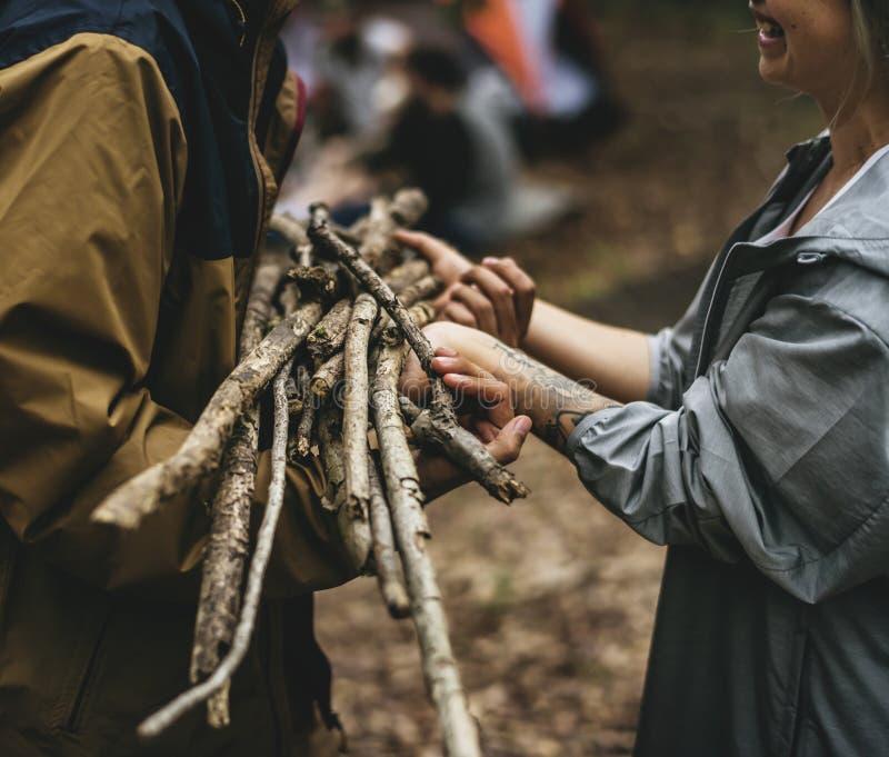 Przyjaciele obozuje w lesie wpólnie obraz stock