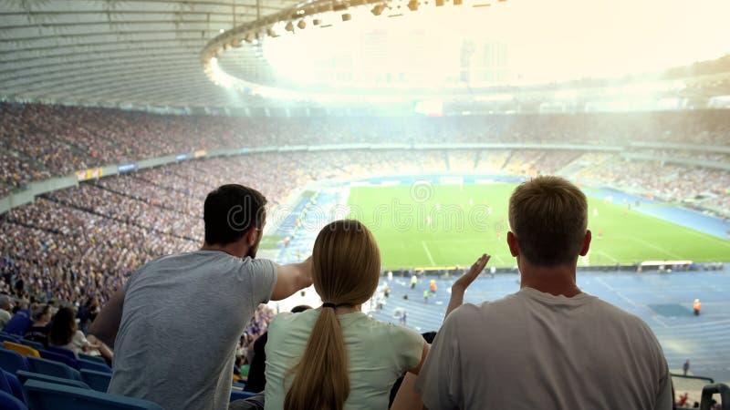 Przyjaciele oburzeni przy arbiter decyzją w futbolowym dopasowaniu przy stadium, niesprawiedliwa gra obrazy stock