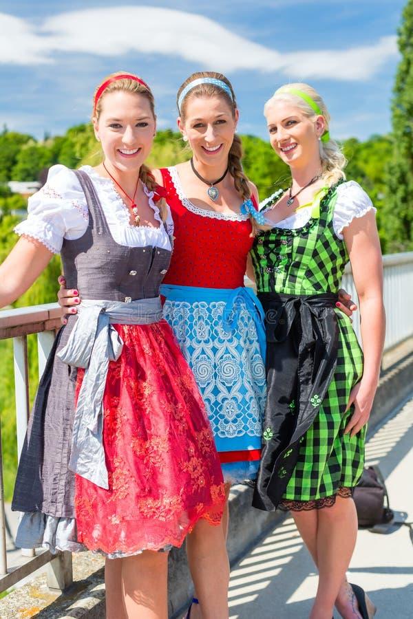 Przyjaciele odwiedza Bawarskiego jarmark ma zabawę obraz royalty free