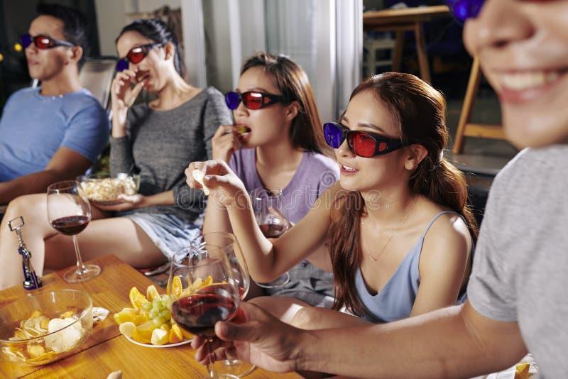 Przyjaciele ogląda film w podwórko obrazy stock