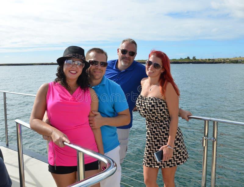Przyjaciele Pływa statkiem w Hawaje zdjęcia royalty free