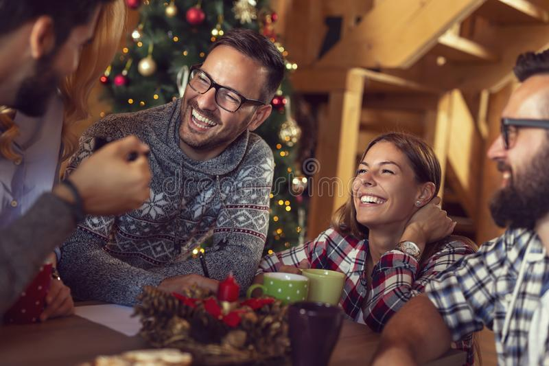 Przyjaciele pisze liście Święty Mikołaj zdjęcia royalty free