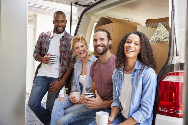 Przyjaciele Pomaga pary Rozładowywać usunięcie ciężarówkę Na Poruszającym dniu zdjęcie royalty free