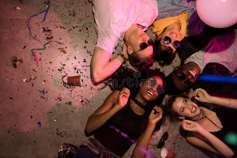 Przyjaciele przy domowym przyjęciem zdjęcie stock