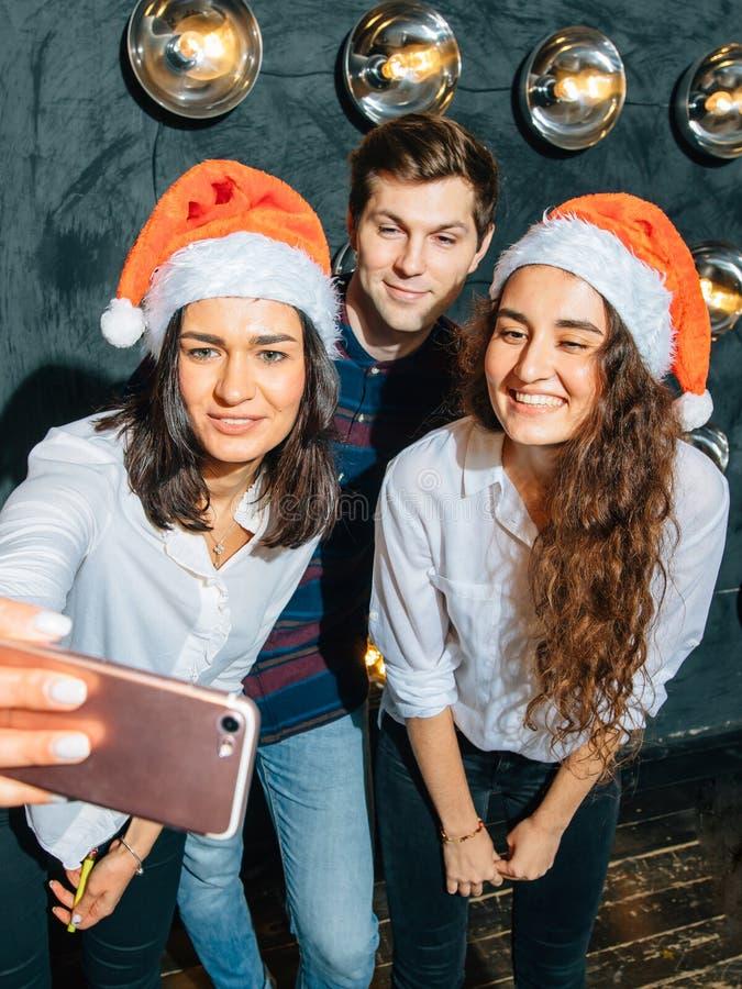 Przyjaciele przy klubem robi selfie i ma zabawę bożych narodzeń pojęcia nowy rok zdjęcie stock