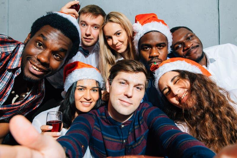 Przyjaciele przy klubem robi selfie i ma zabawę bożych narodzeń pojęcia nowy rok zdjęcia stock