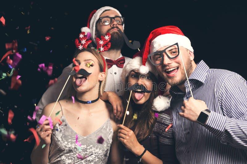 Przyjaciele przy nowego roku ` s kostiumową piłką zdjęcia royalty free