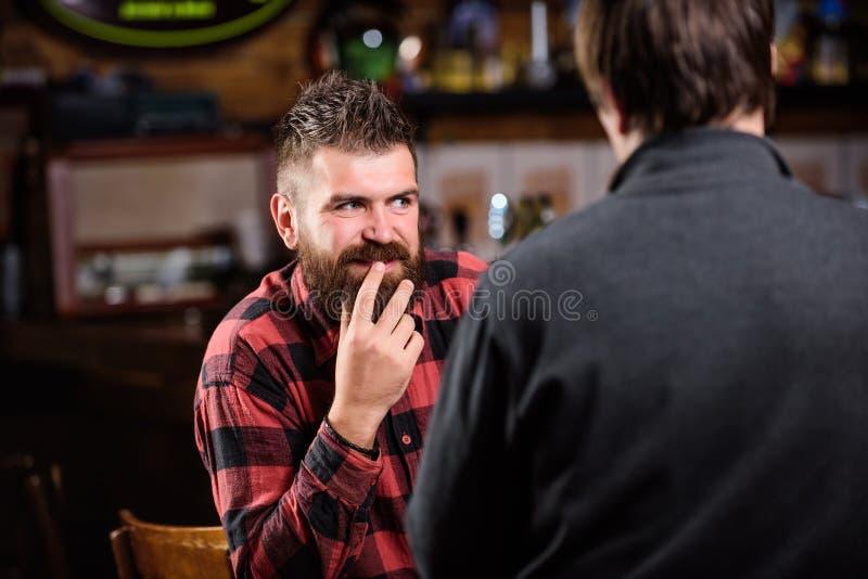 Przyjaciele relaksuje w barze lub pubie interesująca rozmowa Modnisia brutalny brodaty mężczyzna wydaje czas wolnego z przyjaciel fotografia stock