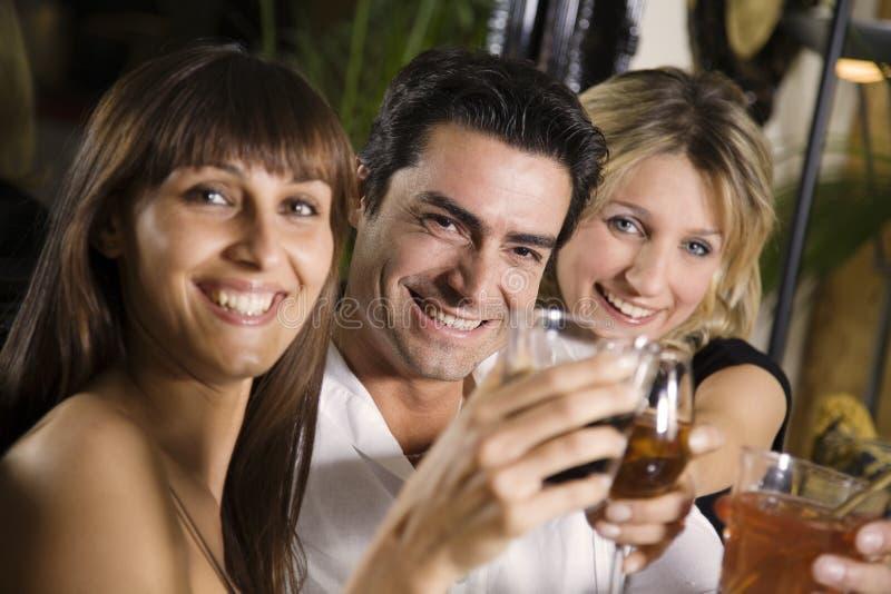 Download Przyjaciele restauracji obraz stock. Obraz złożonej z cieszy - 2310775