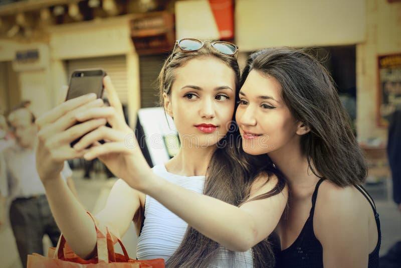 Przyjaciele robi selfie zdjęcie stock