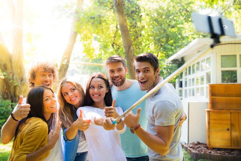 Przyjaciele robi selfie fotografii outdoors obraz stock