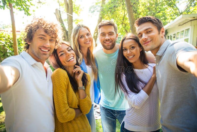 Przyjaciele robi selfie fotografii outdoors obrazy stock