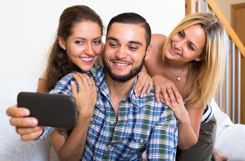 Przyjaciele robi selfie w domu obrazy royalty free
