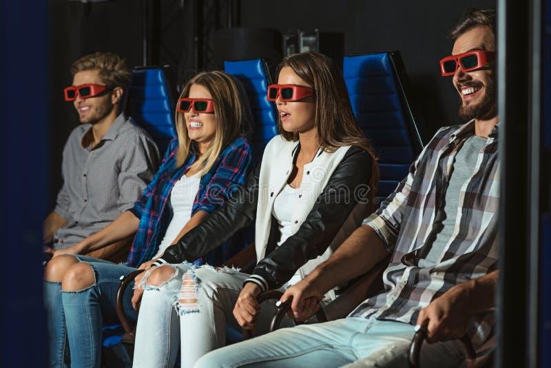 Przyjaciele siedzi w 3D szkłach zdjęcia royalty free