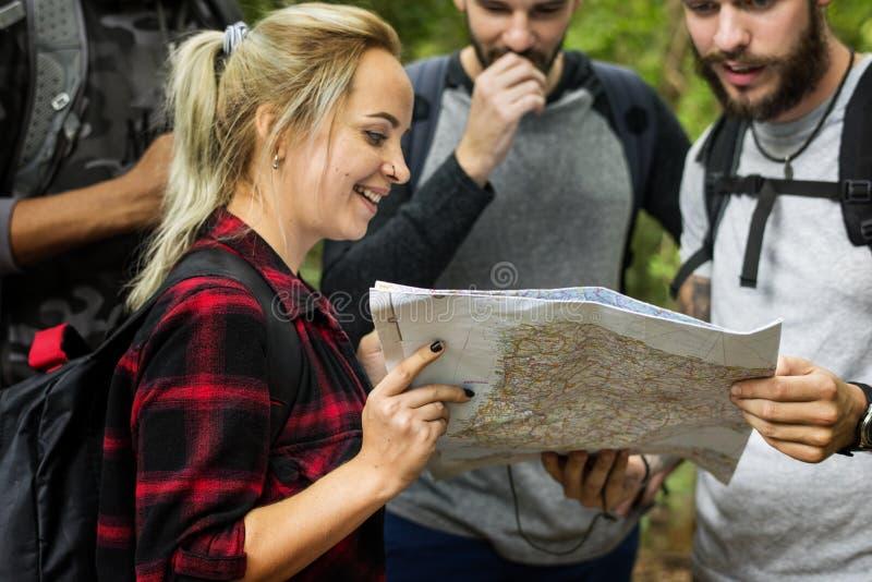 Przyjaciele sprawdza mapę dla kierunku obrazy royalty free