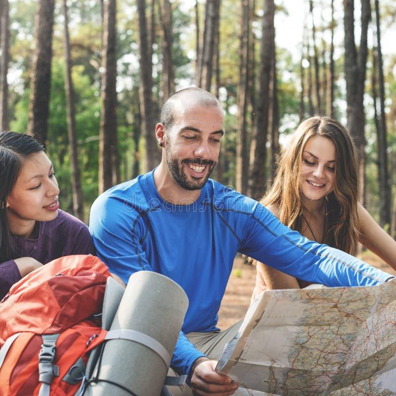 Przyjaciele Sprawdza mapy pojęcie Outdoors obrazy royalty free