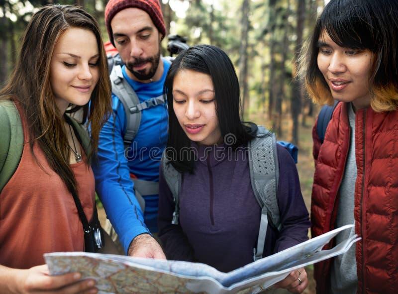 Przyjaciele Sprawdza mapy pojęcie Outdoors obraz royalty free