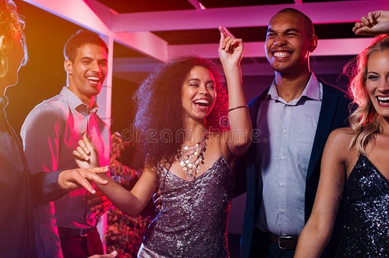 Przyjaciele tanczy przy przyjęciem fotografia royalty free