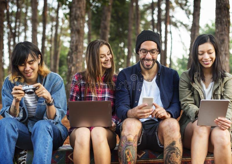 Przyjaciele Używa Cyfrowego przyrządu pojęcie Outdoors zdjęcie stock