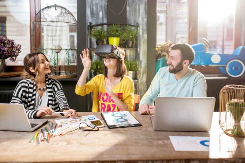 Przyjaciele używa rzeczywistość wirtualna szkła w kawiarni obrazy royalty free