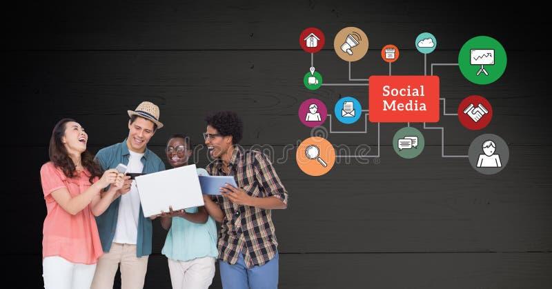 Przyjaciele używa urządzenia elektroniczne przeciw ogólnospołecznym medialnym ikonom w tle fotografia royalty free