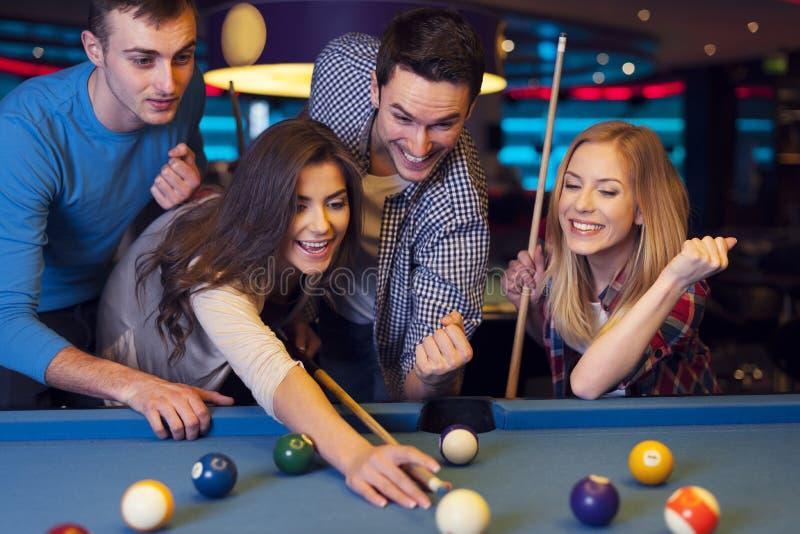 Przyjaciele w billard klubie obrazy stock