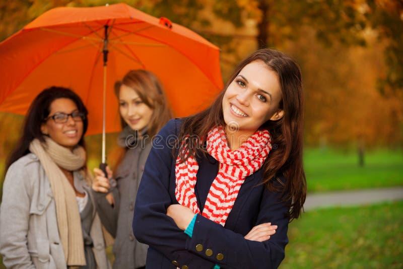 Przyjaciele w jesień parku obraz royalty free