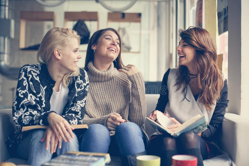 Przyjaciele w kawiarni Trzy najlepszy przyjaciel ma śmieszną rozmowę fotografia stock