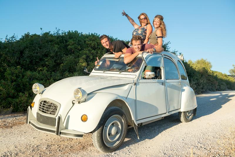Przyjaciele w samochodzie zdjęcie royalty free
