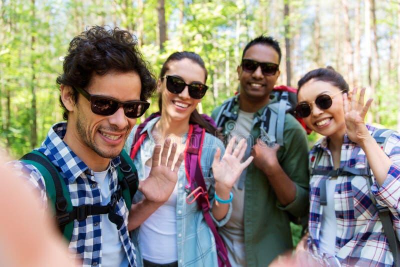 Przyjaciele wycieczkuje selfie i bierze z plecakami zdjęcie royalty free