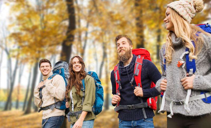 Przyjaciele wycieczkuje w jesieni z plecakami fotografia stock