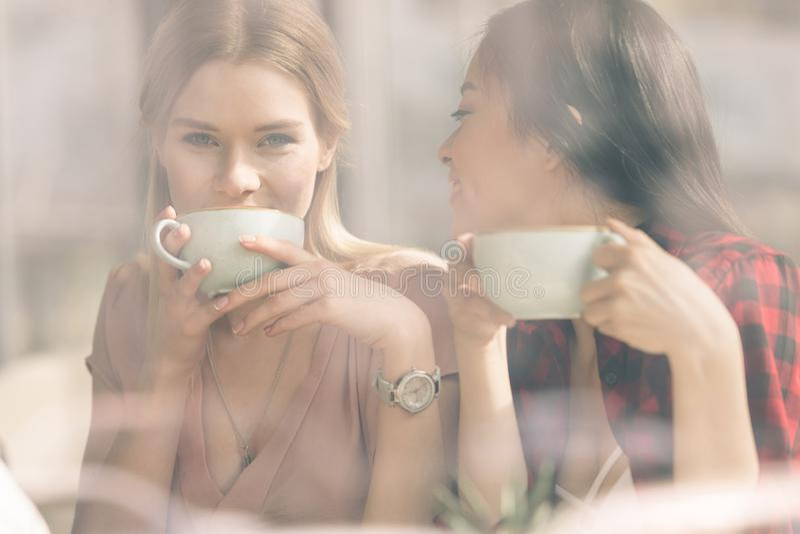 Przyjaciele wydają czas wpólnie na kawowej przerwie obrazy stock