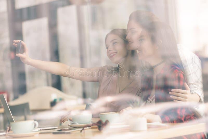 Przyjaciele wydają czas wpólnie na kawowej przerwie fotografia royalty free