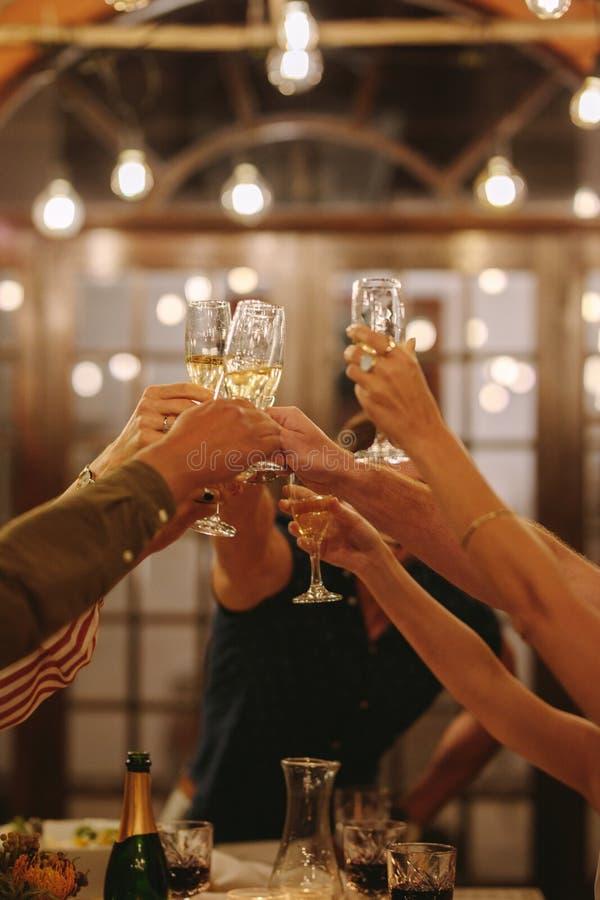 Przyjaciele wznosi toast napoje przy przyjęciem fotografia royalty free