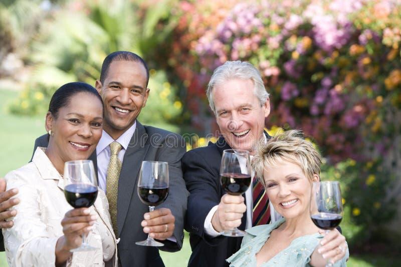 Przyjaciele Wznosi toast win szkła zdjęcia royalty free