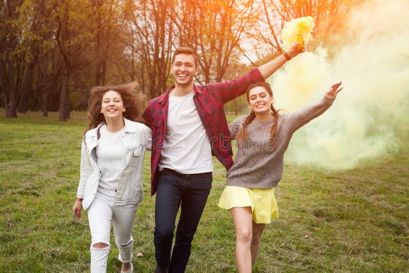Przyjaciele z dymienie pochodnią fotografia royalty free