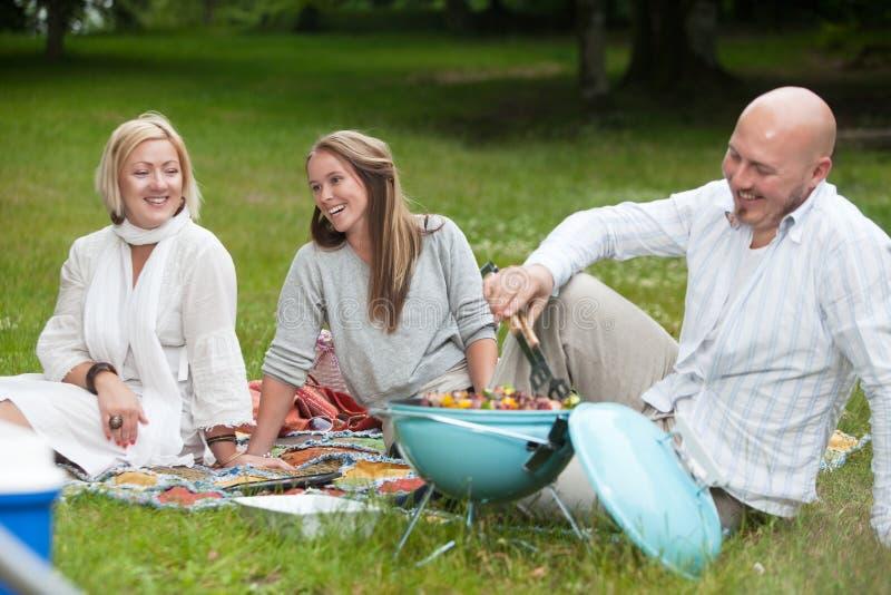 Przyjaciele z grillem w parku zdjęcie stock