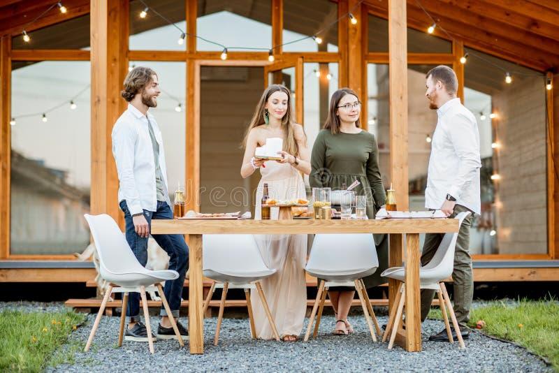 Przyjaciele z napojami na podwórku dom zdjęcia stock